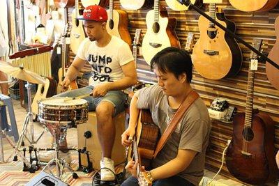 台灣知名吉他音樂人劉雲平來陸比音樂分享新專輯指板上的旅途演奏專輯側拍