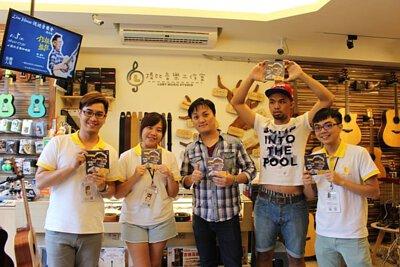 台灣知名吉他音樂人劉雲平來陸比音樂分享新專輯指板上的旅途演奏專輯側拍-工作人員合照