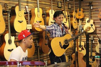 台灣知名吉他音樂人劉雲平來陸比音樂分享新專輯指板上的旅途演奏專輯側拍-介紹木箱鼓手