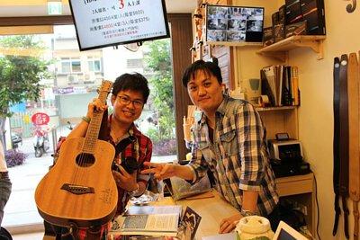 台灣知名吉他音樂人劉雲平來陸比音樂分享新專輯指板上的旅途演奏專輯側拍-與聽眾合照