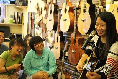 台灣知名吉他演奏家林美均來陸比音樂開畢業音樂會-吉他演奏分享側拍