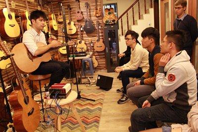 台灣知名吉他演奏家潘世程來陸比音樂分享吉他音樂側拍