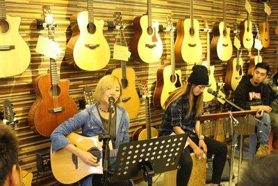 台灣知名創作歌手安妮塔克來陸比音樂分享音樂創作,木箱鼓與吉他搭配