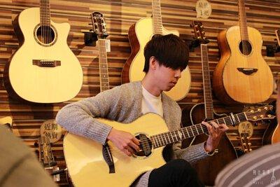 台灣知名吉他演奏家吳勝揚來陸比音樂分享吉他音樂側拍