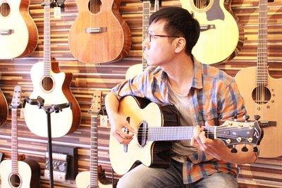 台灣知名演奏家劉士華來陸比音樂分享吉他音樂側拍