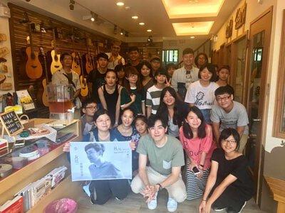 台灣知名創作歌手李友庭來陸比音樂與觀眾大合照