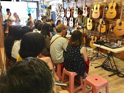 台灣知名創作歌手李友庭來陸比音樂分享吉他音樂側拍