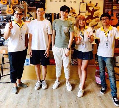 台灣知名創作歌手李友庭來陸比音樂與工作人員合照