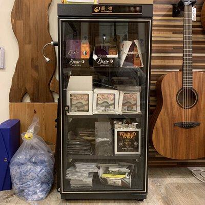 吉他弦放在設定濕度25%的防潮箱