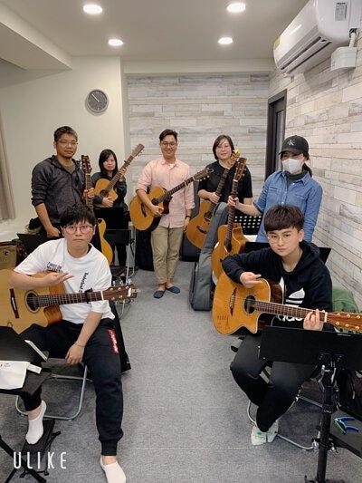 黃彥陸老師於新竹陸比音樂舉辦吉他鼓伴奏講座上課大合照