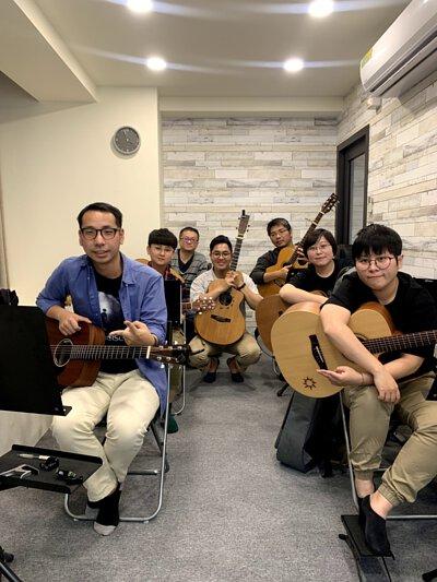 黃彥陸老師於新竹陸比音樂舉辦吉他鼓伴奏講座與學員合照