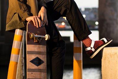 """機能襪履設計品牌 nozzle quiz 經典""""STREET AGILITY"""" 系列 lookbook,涼鞋搭配長襪的休閒造型,與街頭滑板的衝撞。"""
