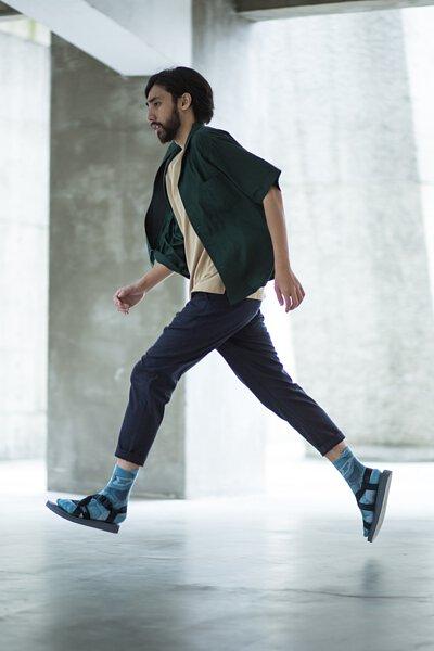 """機能襪履設計品牌 nozzle quiz 經典""""STREET AGILITY"""" 系列 lookbook,涼鞋搭配長襪的休閒造型,成為都市中迅捷的行者。"""