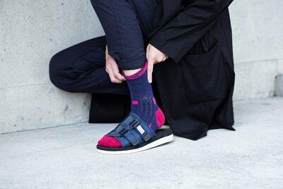 """機能襪履設計品牌 nozzle quiz 經典""""STREET AGILITY"""" 系列 lookbook,鋪棉款涼鞋與桃色長襪的穿搭,大膽而自信的選擇。"""