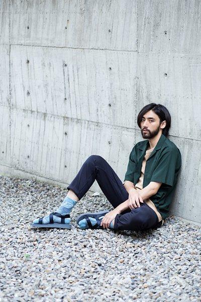 """機能襪履設計品牌 nozzle quiz 經典""""STREET AGILITY"""" 系列 lookbook,深藍色涼鞋與水藍色長襪的穿搭,呈現一抹休閒優雅的色彩。"""