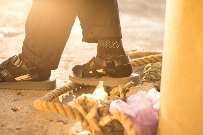 """機能襪履設計品牌 nozzle quiz 經典""""STREET AGILITY"""" 系列 lookbook,搭配suicoke的涼鞋與深色編織長襪,魔幻時光的黃昏下,閃耀著粼粼波光的河岸,即使在都市中,男子有著自己的步調與空間。"""