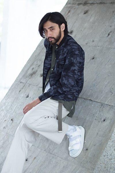 """機能襪履設計品牌 nozzle quiz 經典""""STREET AGILITY"""" 系列 lookbook,清爽中帶著日系休閒個性的迷彩紋外套,搭配suicoke的白色涼鞋與純白網眼編織長襪。細節佐以加長尼龍腰帶作為一點調皮地展現。"""