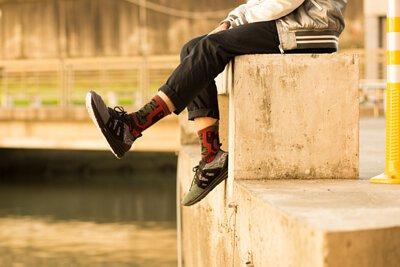 """機能襪履設計品牌 nozzle quiz 經典""""STREET AGILITY"""" 系列 lookbook,連帽長T與緞面棒球外套的穿搭。綠色 x 橘色的 萬年不敗經典配色。"""