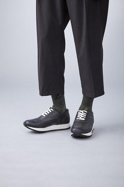 nozzle quiz 是以機能性、街頭感為精神的台灣潮流襪子品牌。以機能襪履做為出發,首發lookbook以黑色搭配為主。