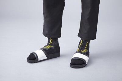 nozzle quiz 是以機能性、街頭感為精神的台灣潮流襪子品牌。以機能襪履做為出發,脫鞋配襪子的搭配也讓人玩味。