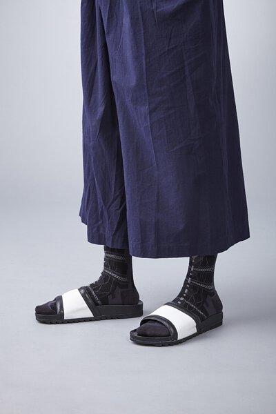 nozzle quiz 是以機能性、街頭感為精神的台灣潮流襪子品牌。以機能襪履做為出發,拖鞋與襪子的雙重穿搭。