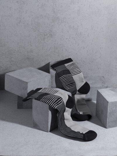 """台灣街頭襪子品牌 nozzle quiz 與銀飾品牌 """"Recovery""""  首次聯名創作,與銀飾品牌Revocery共同刻劃。以水泥建築與空間為概念,透過機能襪履創作出台北都市的冷調。"""