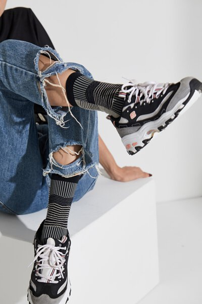 """台灣街頭襪子品牌 nozzle quiz 與銀飾品牌 """"Recovery""""  首次聯名創作,與銀飾品牌Revocery共同刻劃。以水泥建築與空間為概念,透過機能襪履創作出台北都市的冷調。九分牛仔褲、VANS與襪子的輕鬆搭配。"""