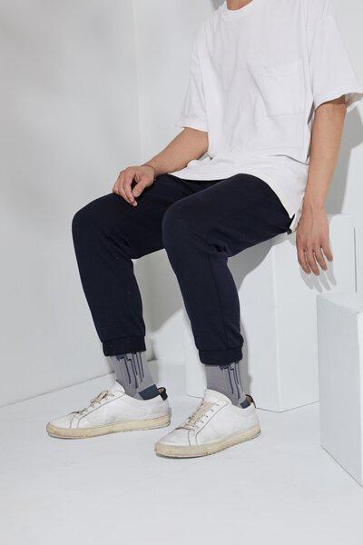 """台灣街頭襪子品牌 nozzle quiz 與銀飾品牌 """"Recovery""""  首次聯名創作,與銀飾品牌Revocery共同刻劃。以水泥建築與空間為概念,透過機能襪履創作出台北都市的冷調。牛仔褲、帆布鞋與條紋襪子的搭配。"""