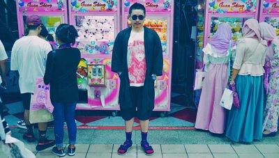 台灣街頭機能襪履品牌 nozzle quiz 與誠品生活松菸店的AXES 合作推出的聯乘企劃,透過潮流型人的襪子搭配示範,展現街頭穿搭的風貌。黃色書刊 x TEVA涼鞋 x 桃色街頭襪子