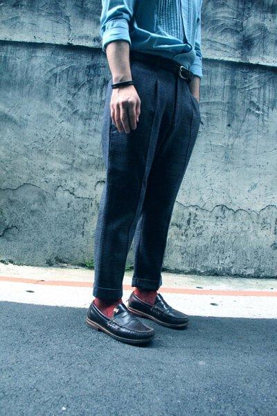 台灣街頭機能襪履品牌 nozzle quiz 與誠品生活松菸店的AXES 合作推出的聯乘企劃,透過潮流型人的襪子搭配示範,展現街頭穿搭的風貌。syndro設計師王心偉 x 古著皮鞋 x 深紅色襪子