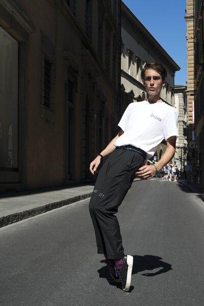 透過攝影師之眼,穿梭在古城米蘭,讓街頭潮流服飾與機能襪履的街拍,雙重衝擊我們的視覺。