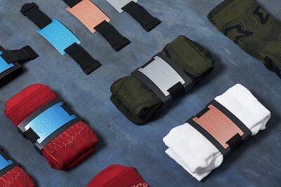 """台灣配件設計品牌nozzle quiz 經典 """"STREET AGILITY"""" 系列長襪,是從運動襪與機能襪為基礎,搭配街頭潮流造型,以3D立體織紋技術打造的襪子。2018年獲得擁有37年歷史的全球華人頂尖設計獎項「金點設計獎」金點標章推薦肯定。"""