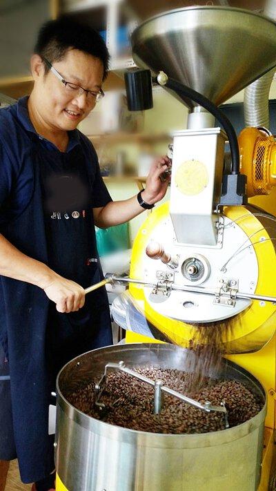 暖窩咖啡 SCA精品咖啡協會認證講師資格 黃明志先生  親手烘焙
