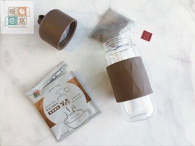 暖窩咖啡 浸泡式咖啡包步驟二取出浸泡式咖啡包放入杯中