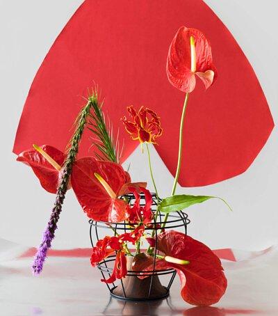 胡桃木上下花器與紅色花朵