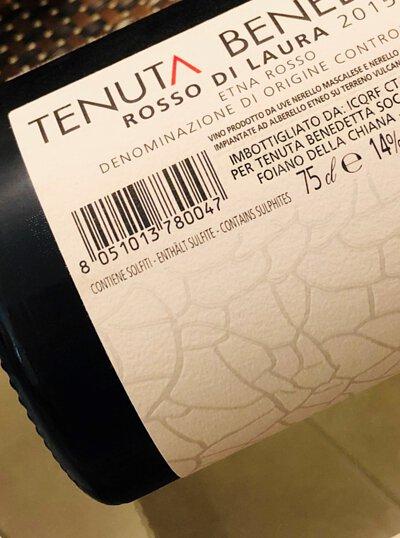 背標最常見到的訊息是酒中含有亞硫酸鹽,但偶爾有國家政府的衛生或海關部門要求酒廠在酒標上標明含有魚、蛋或奶類製品,以防萬一