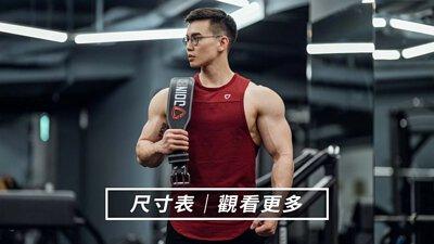穿著TeamJoined肌肉背心手拿8mm健美腰帶站在健身房中的IFBB PRO大H