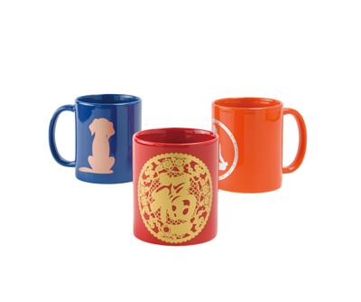 藍紫色、紅色和橘色的馬克杯,印有插圖。