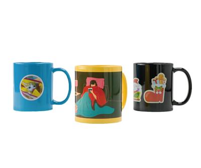 淺藍色、黃色和黑色的馬克杯,印有照片和插圖。