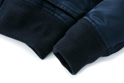 羊毛雙層羅紋:為求保暖,以及防止冷空氣從衣擺、袖口、領口進入衣內,羅紋的材質與組織格外重要,尤其飛行員必須在酷寒的高空艙內作戰。