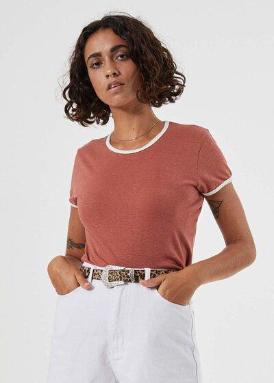 Ringer T推薦穿搭:棗紅色T搭配白色長褲