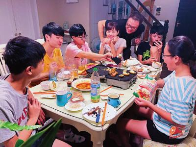 中秋節一家人7位一起坐著吃烤肉