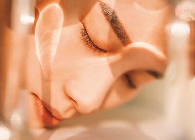一個閉著眼睛的女人