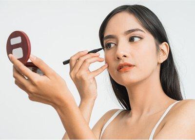 一個亞洲女人在畫眼線