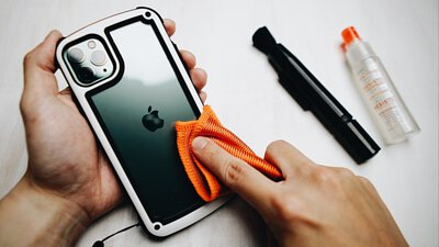 你知道「不能用酒精擦手機」嗎?【一張圖秒懂】手機正確清潔工具、超簡單步驟