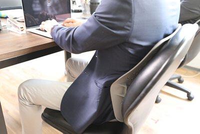 """【台灣背痛故事】""""坐""""工的人:今天,告別整骨院-開箱 ULTRABACK 人體工學腰靠墊"""