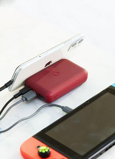 """為了讓你""""美好的活著""""而設計 - 開箱 UNIQ HydeAir 無線快充支架行動電源"""