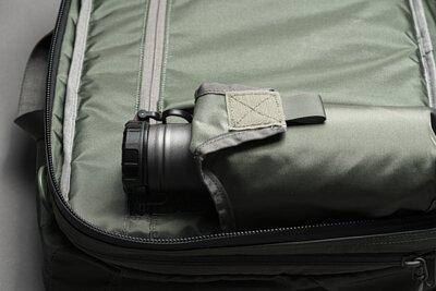 小暗袋旁有連通到筆電收納層的快取拉鍊,採用防水拉鍊設計,可以不用打開整個背包就快速拿取物品。
