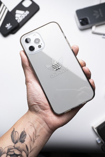 不愧是 adidas!iPhone 12 新殼搶先看 - 透明、支架、三葉草 logo 款式超多!
