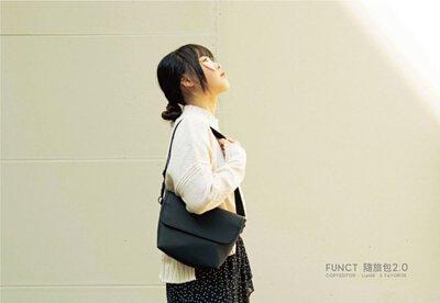 女生揹著FUNCT隨旅包2.0